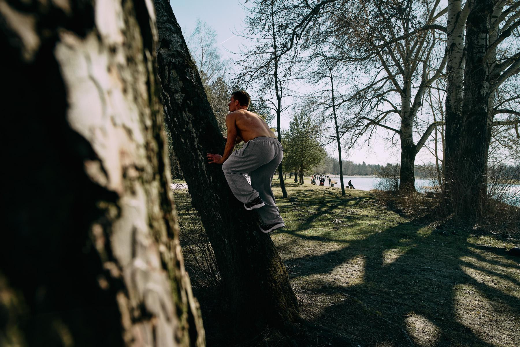 Bastian klettert einen Baum hoch