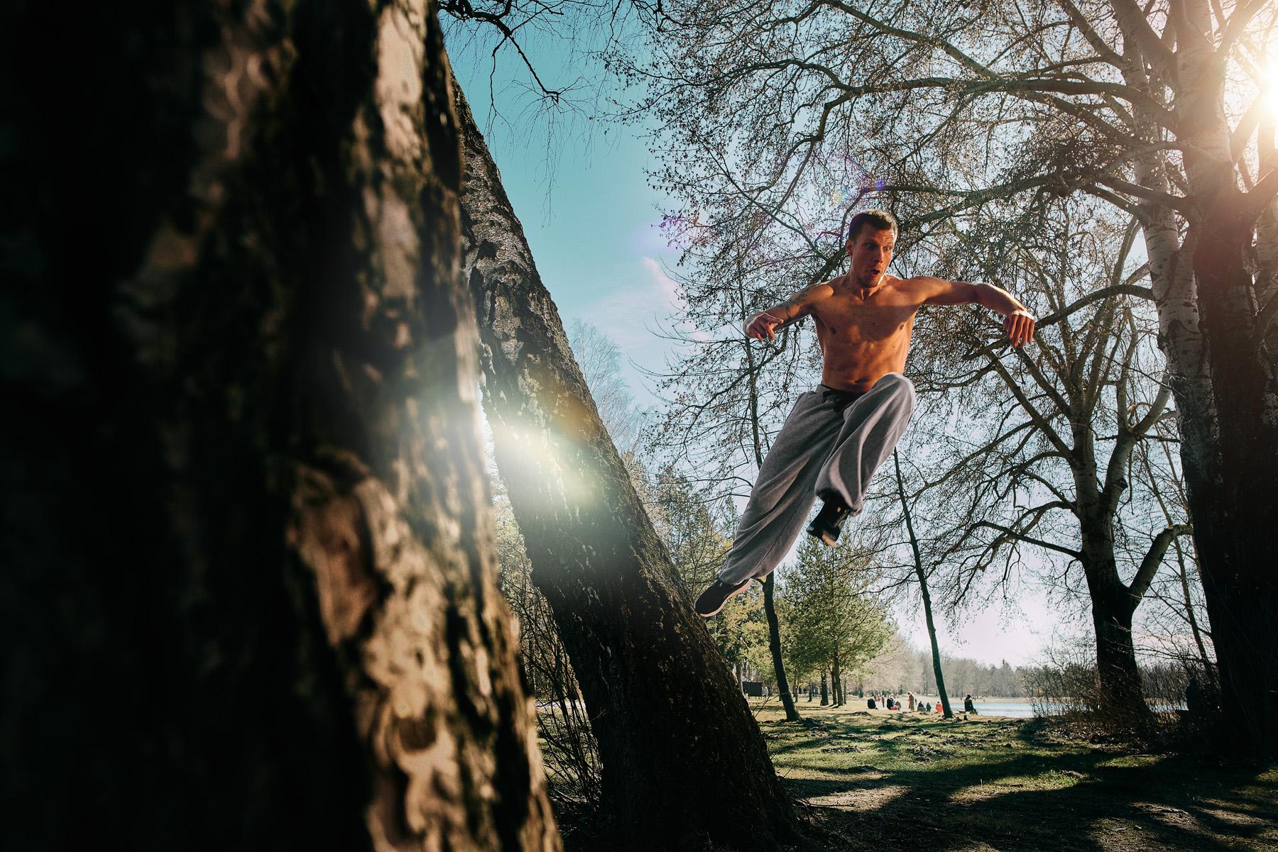 Bastian Ackermann stößt sich vom Baum ab
