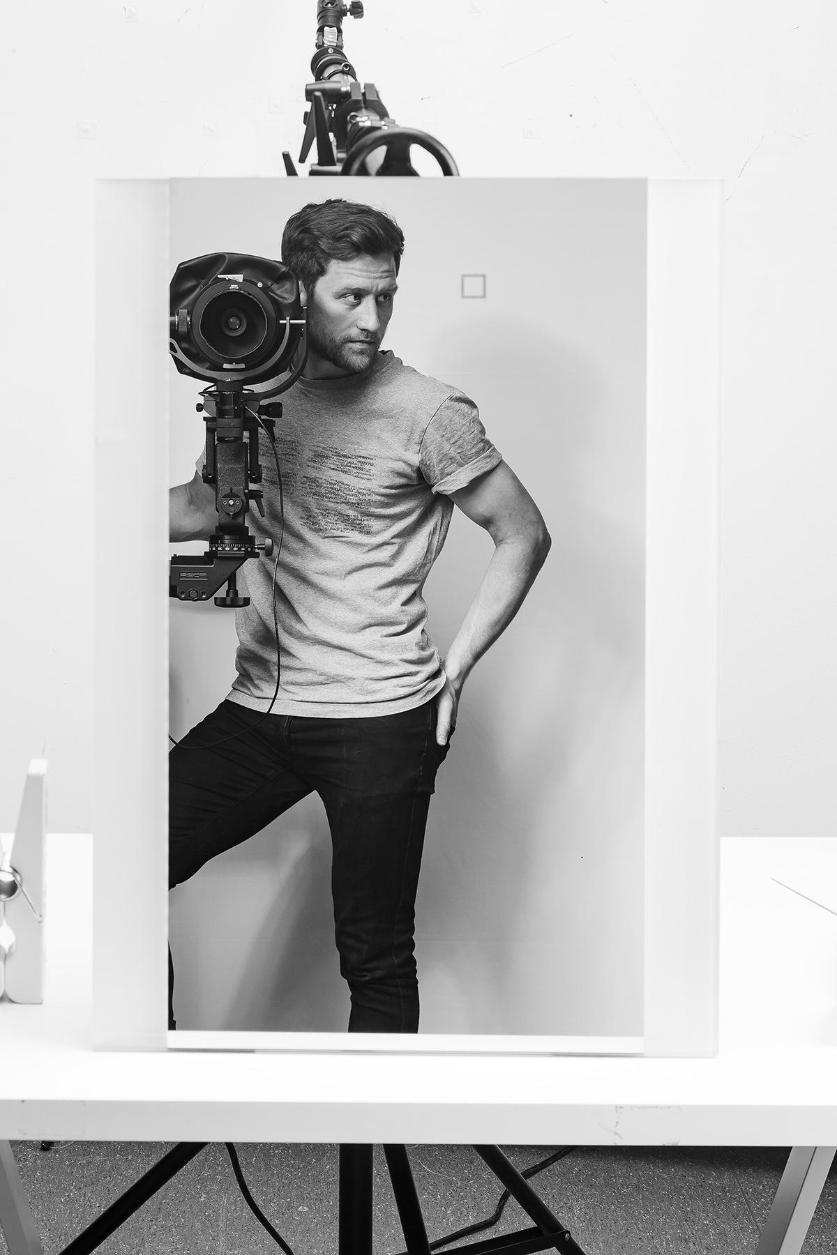 Fotograf Dimitri Reimer hinter seiner Studiokamera